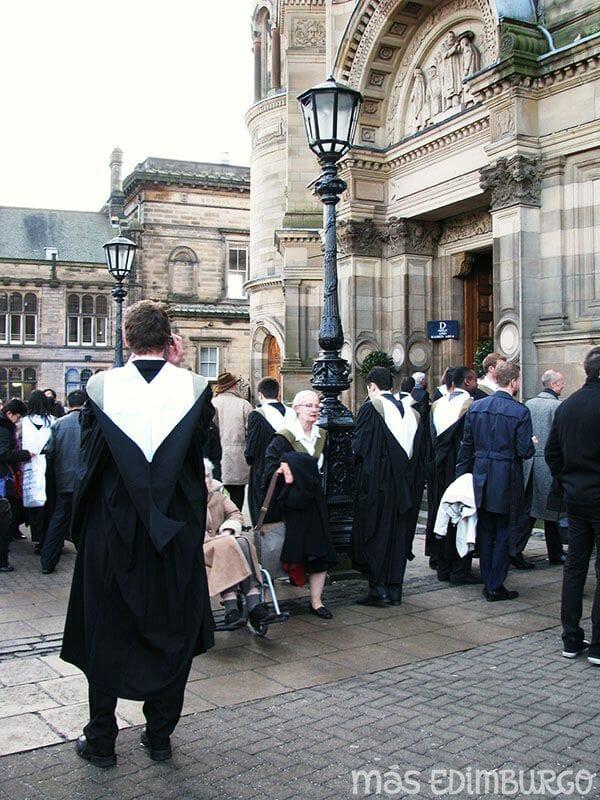 Una graduación en Edimburgo y la historia del kilt escocés