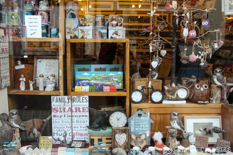 Visitar Portree, en la Isla de Skye: una tienda de souvenirs