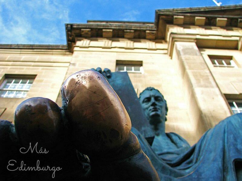 Ruta por la Old Town de Edimburgo - Estatua de Hume