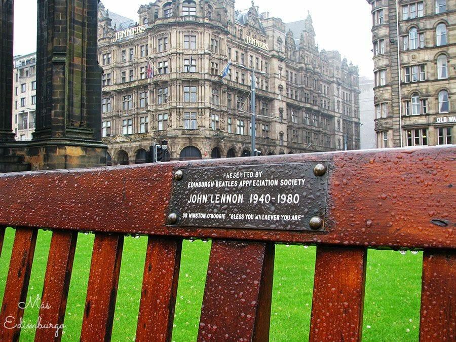 La dedicatoria a John Lennon en un banco de Edimburgo.