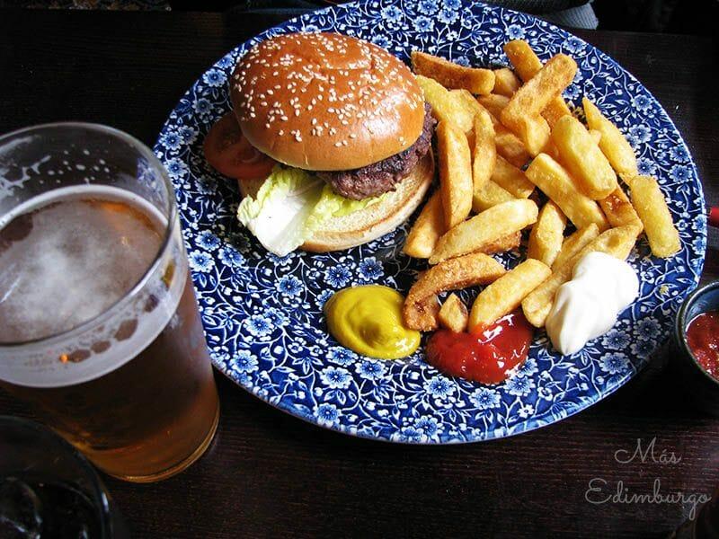 Hamburguesa de ternera y una pinta de cerveza en The Standing Order.