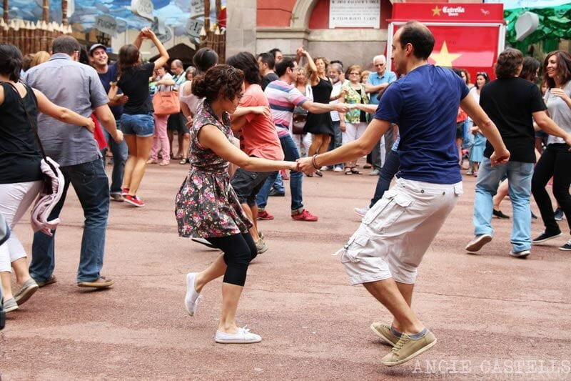 Visitar-les-festes-de-Gracia-Barcelona-baile