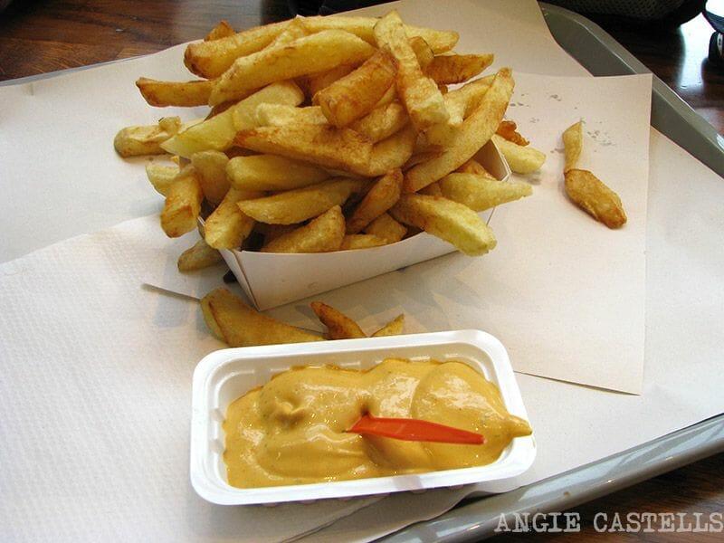 Comer en Bruselas patatas fritas Fritland