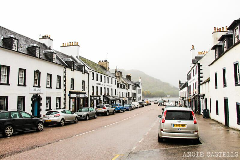 Las calles blancas de Inveraray, en Escocia