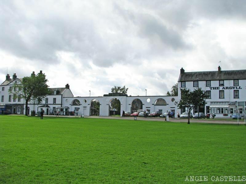 Visitar-Inveraray-Escocia-casas-blancas