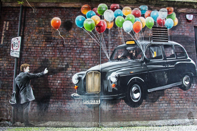 Ruta de grafitis y arte urbano de Glasgow: un taxi lleno de globos