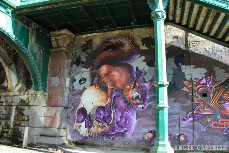 Ruta de grafitis y arte urbano de Glasgow: ardilla y calavera