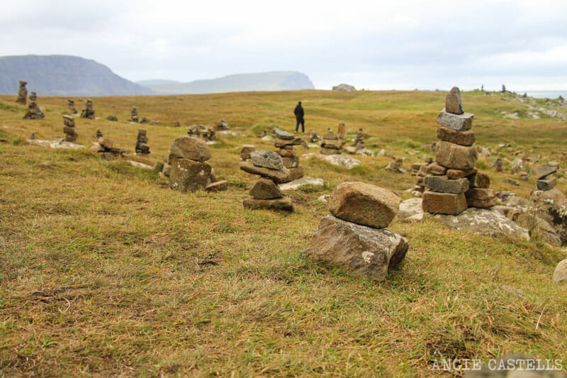 Errores que cometemos al viajar a Escocia - Monticulos de piedras en Neist Point