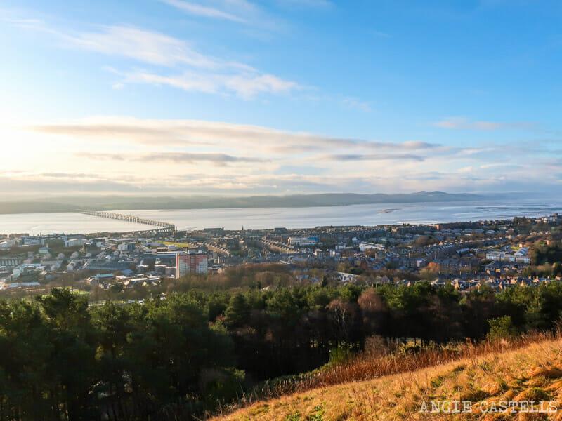 Las vistas de Dundee desde la colina Dundee Law
