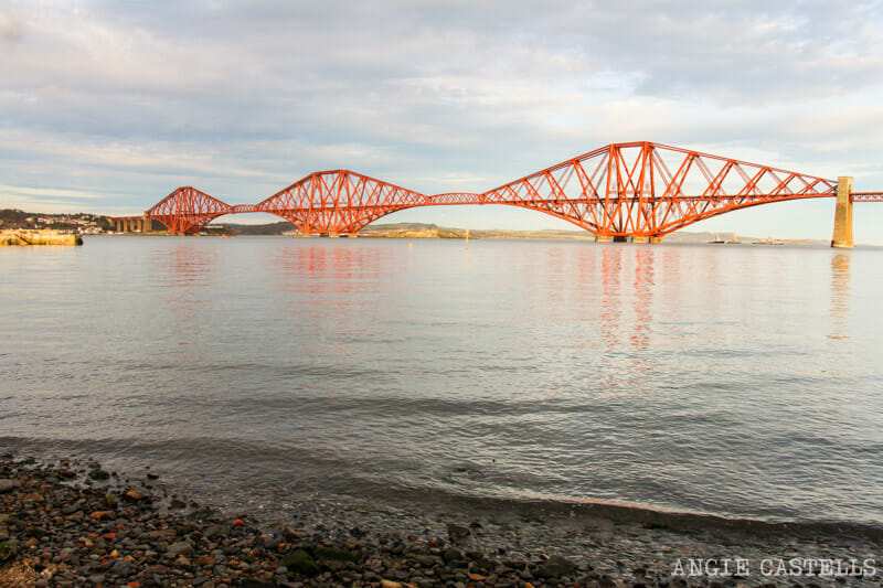 Vistas para as pontes adiante de South Queensferry